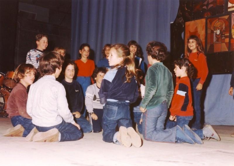תמונה 8- 44 - חנוכה 1984 בבית העם - הופעת ילדים - קבוצת אנפה