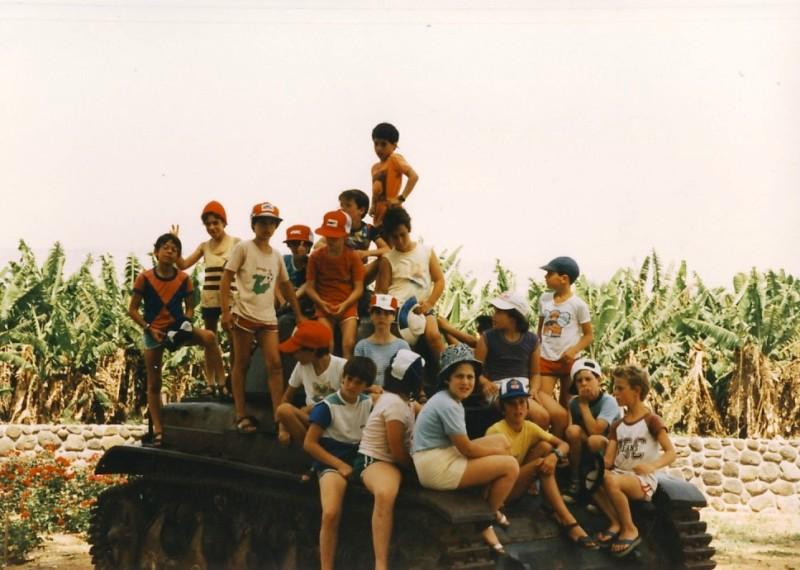 תמונה 9- 55 - קבוצת אתרוג בטיול על הטנק בדגניה 1985 - דפנה יסעור איתי כוחלי יפתח שפירא