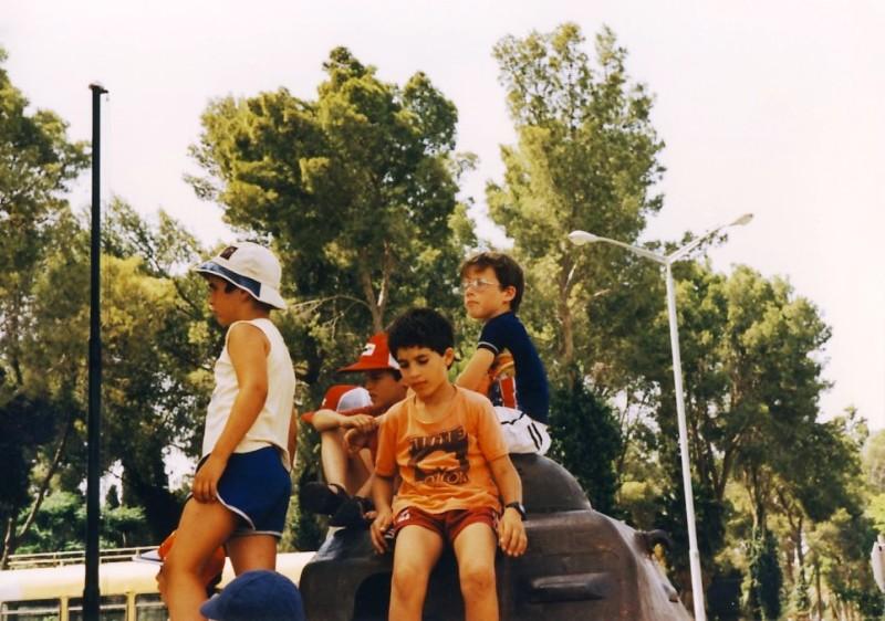 תמונה 2- 55 - קבוצת אתרוג בטיול על הטנק בדגניה 1985 - יפתח שפירא יובל כהן אורי ענבר