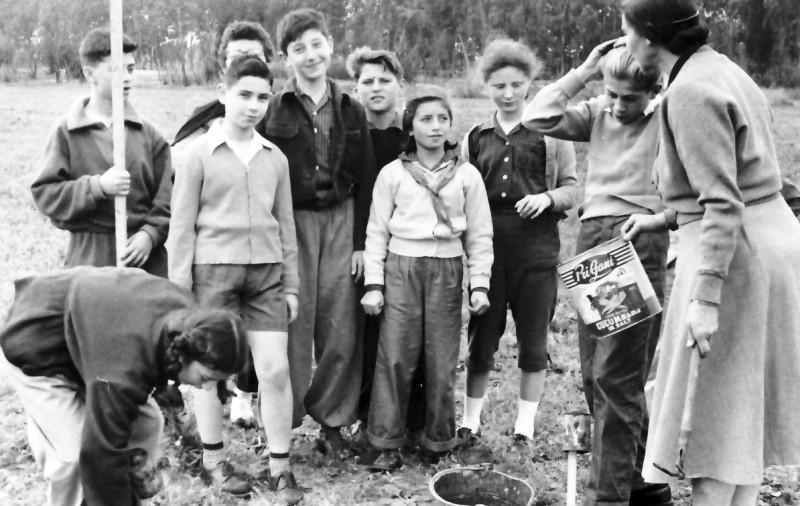תמונה 1- 368 - אסתר יצהר מטפלת עם קבוצת גפן שנות ה-50 - שלמה גורן