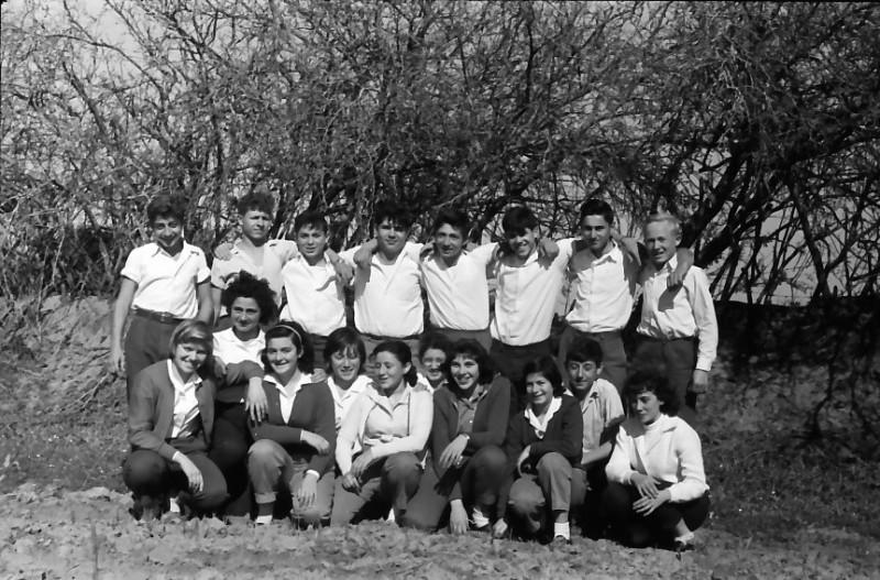 תמונה 8- 662 -ג'ש 1961-קבוצת גפן-מאיר שני פנינה ענבר שלמה גורן  ונוספים