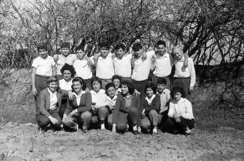 תמונה 9- 662 -ג'ש 1961-קבוצת גפן-מאיר שני פנינה ענבר שלמה גורן  ונוספים