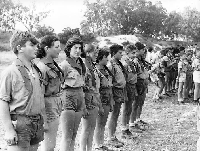תמונה 11- 5 - קבוצת גפן במפקד קבלת עניבות שנות ה-50-60 - פנינה ענבר מאיר שני ומיכאל רוט בפינה