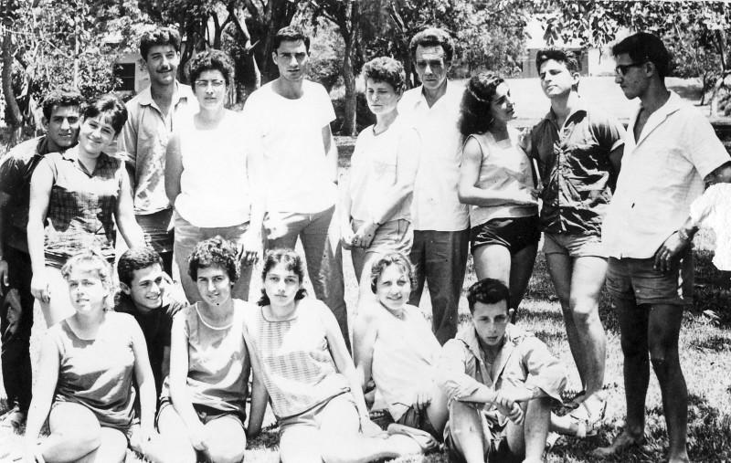 תמונה 19- 320 - בניו גרינבוים עם חניכיו -קבוצת גפן שנות ה-50-60