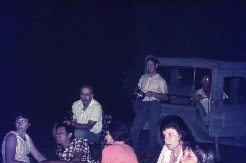 שקופית 18- 309 -ג'ש 1974-קבוצת דקל במסיבת סיום כיתה סביב המדורה-ההורים רותי בראון מאיר בראון דניאל (שחור) אלוני שולה אלוני אפרים ליזון מוטקה גולן ...