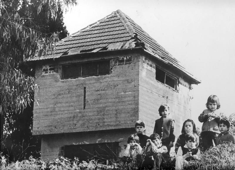 תמונה 14- 143 - ילדי קבוצת דקל ליד העמדה של יוחנן סימון 1975-6 - הדר אלון זמיר סיון יניב גולן נועה אלוני-אסייג אפרת בראון רן שחור מיכל ליזון חן גלעד