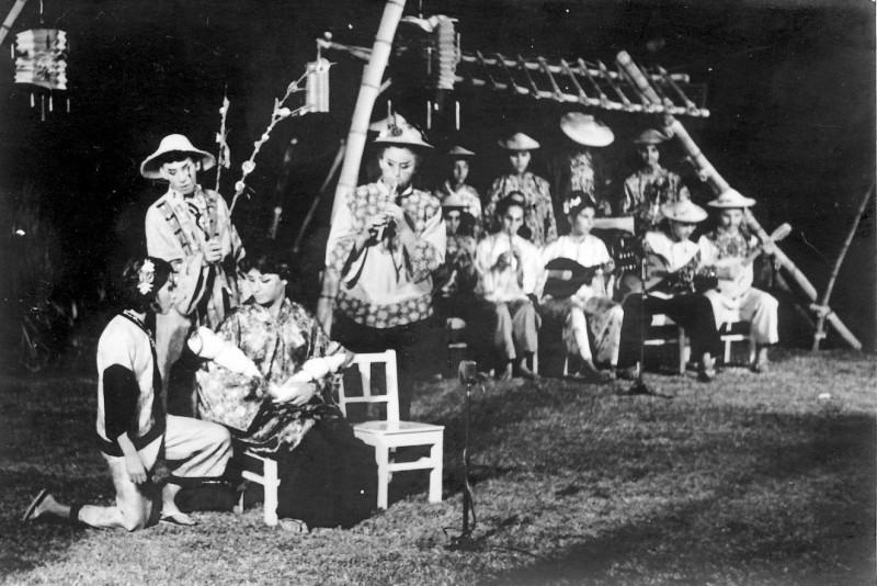 תמונה 5- 21 - הצגת הנסיך הגנוב-קבוצת נרקיס 1963 - תמי צור יערה שי ואחרים