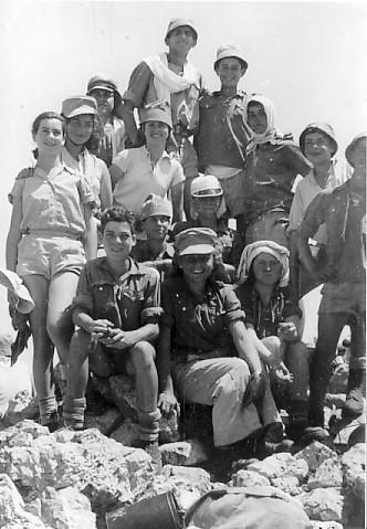 תמונה 1- 38 - קבוצת נשר בטיול שנות ה-50 - שמות בגב התמונה ובסיכום