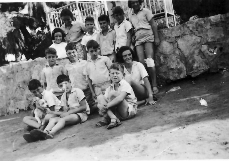 תמונה 1- 322 - ילדי קבוצת נשר 1949 - שמות בגב התמונה ובסיכום
