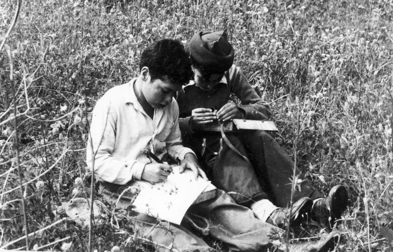 תמונה 2- 215 - קבוצת נשר בטיול הגדרת פרחים 1950 - ראובן שפירא ושמואל