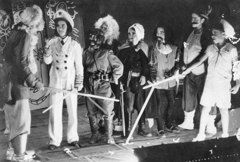 תמונה 3- 16 - הצגת קבוצת נשר שנות ה-40-50 - רינה פרנק אלי שילוני ראובן שפירא