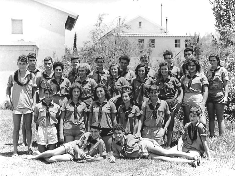 תמונה 4- 5 - קבוצת נשר שנות ה-50 - שמות בגב התמונה ובסיכום