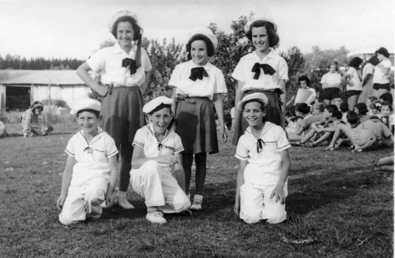 תמונה 4- 258 - ילדי קבוצת נשר בריקודי עמים שנות ה-50 - ניצה סימון רבקה דור דליה פלגי אילן לב מיכא