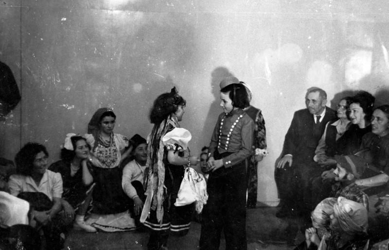 תמונה 4- 262 - ילדי קבוצת נשר עם צשקה ופנינה אלוני בפורים שנות ה-50 - רבקה דור