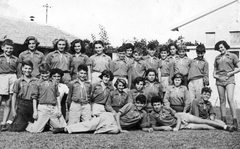 תמונה 5- 226 - קבוצת נשר  במוסד החינוכי עם המדריכה מיכל זיידנברג - שנות ה-50 - למטה - אברהם בנדק