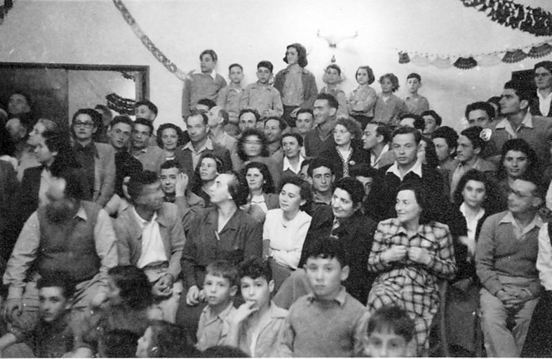 תמונה 6- 209 - פורים לילדים בחדר האכל - שנות ה-50 - בשורות למטה ולמעלה - ילדי קבוצת נשר