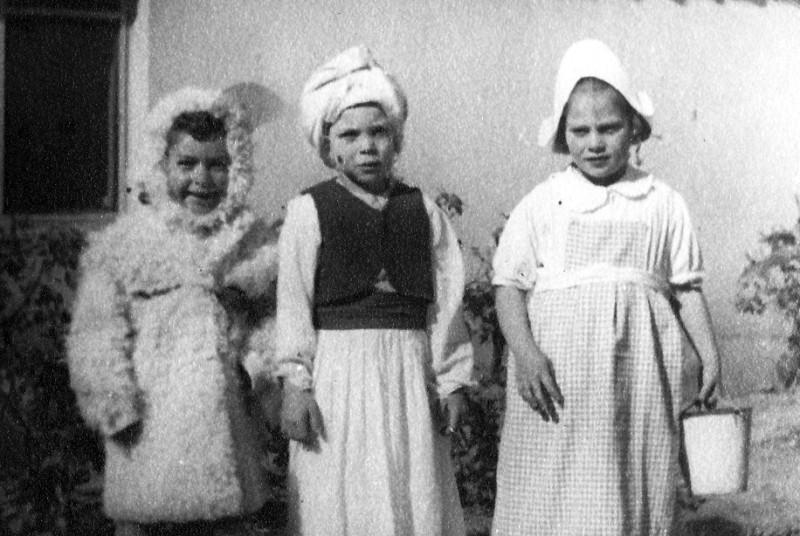 תמונה 6- 213 - הצגת ילדים קבוצת נשר - ראובן שפירא גבי גרביה רחל שטרן  - סוף שנות ה-40