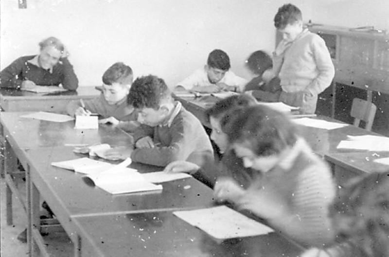 תמונה 8- 37 - שעור של קבוצת נשר שנות ה-50 - אברהם בנדק גבי גרביה ראובן שפירא