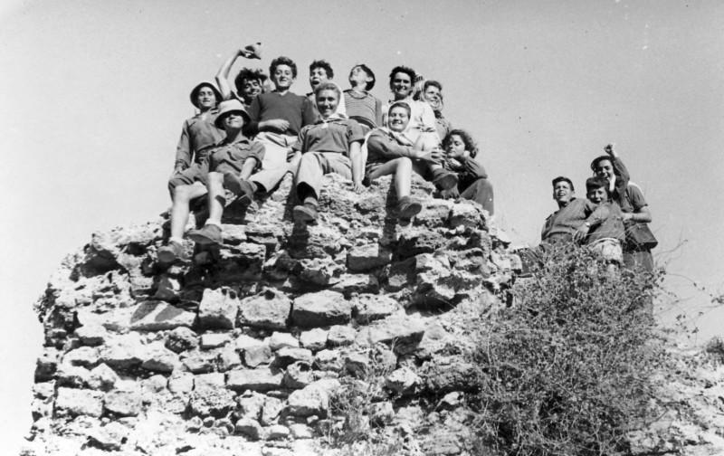 תמונה 9- 126 - קבוצת נשר בטיול שנתי באשקלון תשכג - אלי שילוני דליה פלגי מיכה זכאי אילן לב עדה בנא