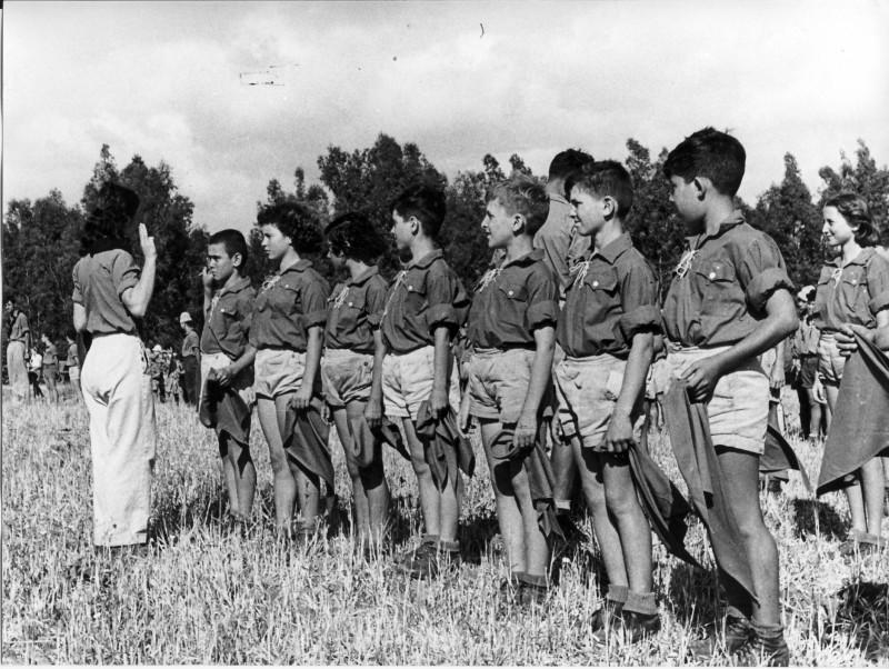 תמונה 10- 18 - קבוצת נשר מקבלים עניבות שחורות (בוגרים) במפקד שנות ה-50 - שמות בגב התמונה ובסיכום