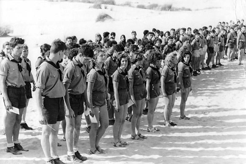 תמונה 13- 5 - קבוצת נשר במפקד מקבלים תעודות שנות ה-50 - שמות בגב התמונה ובסיכום