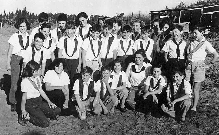 תמונה 13- 309 - קבוצת נשר עם מיכל זיידנברג המדריכה בקבלת עניבות (שחורות) בוגרים - שנות ה-50