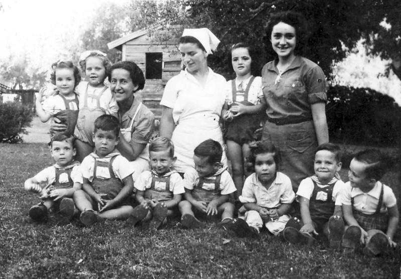 תמונה 14- 305 - צילי עדה ניר ורות קרונפלד עם ילדי קבוצת נשר שנות ה-40 - שמות בגב התמונה