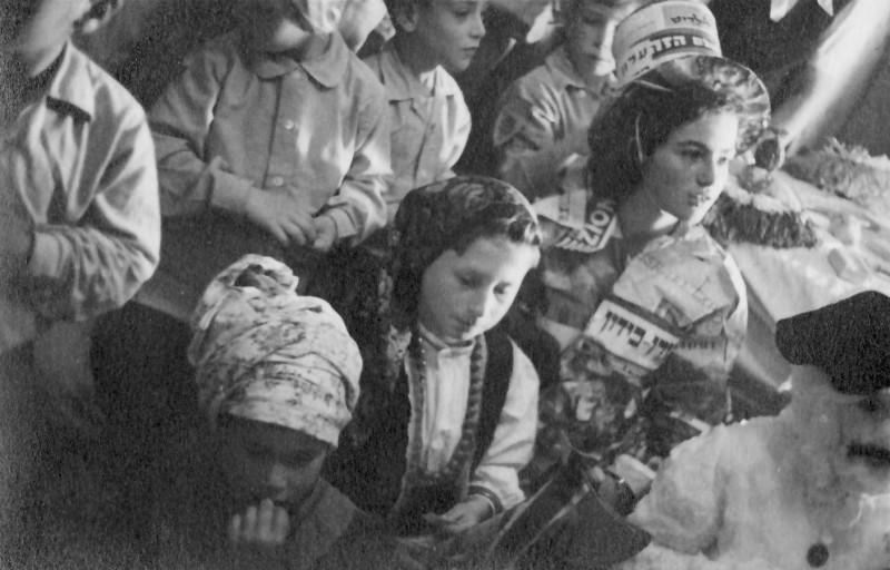 תמונה 14- 593 -ג'ש 1950-4-קבוצת נשר בהצגה-דליה פלגי מיכה זכאי