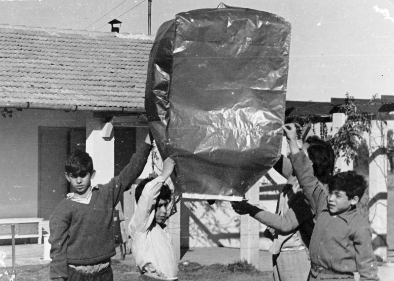 תמונה 17- 235 - קבוצת נשר מעיפים כדור פורח שנות ה-50 - רן כהן ראובן שפירא גבי גרביה