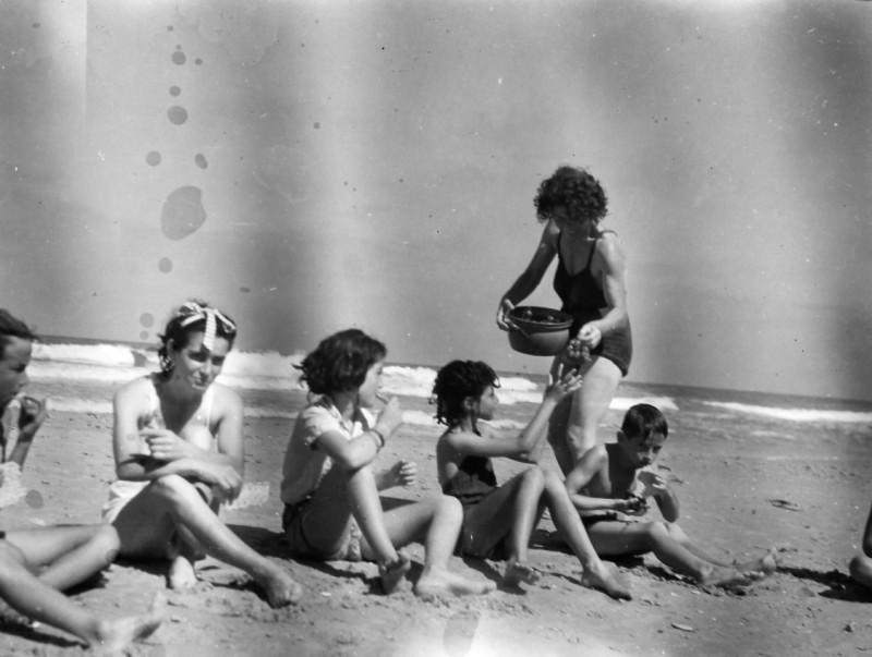 תמונה 35- 411 - יפה פלגי עם ילדי קבוצת נשר בים-דליה פלגי אלי שילוני - 1948-9