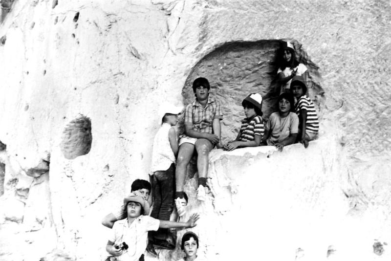 תמונה 3- 230 - קבוצת מעין בטיול במערות בית גוברין 1975 - כלנית סיון שי ברלינסקי