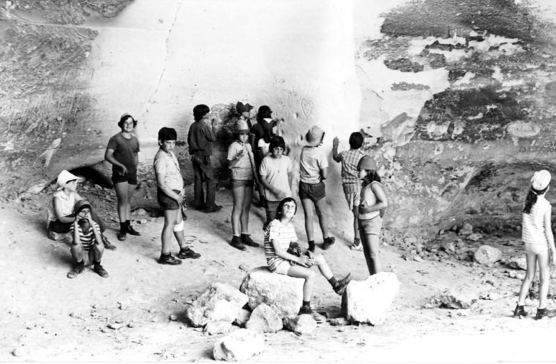 תמונה 6- 230 - קבוצת מעין בטיול במערות בית גוברין 1975