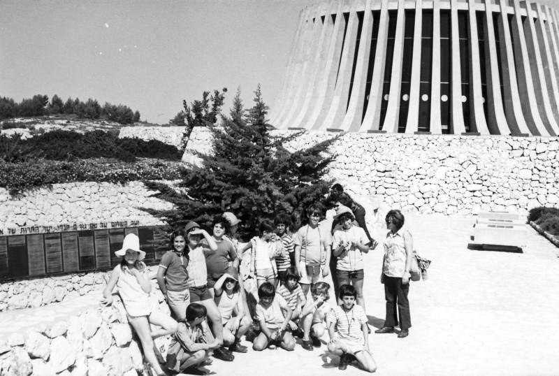 תמונה 8- 230 - קבוצת מעין בטיול בירושלים - יד קנדי 1975