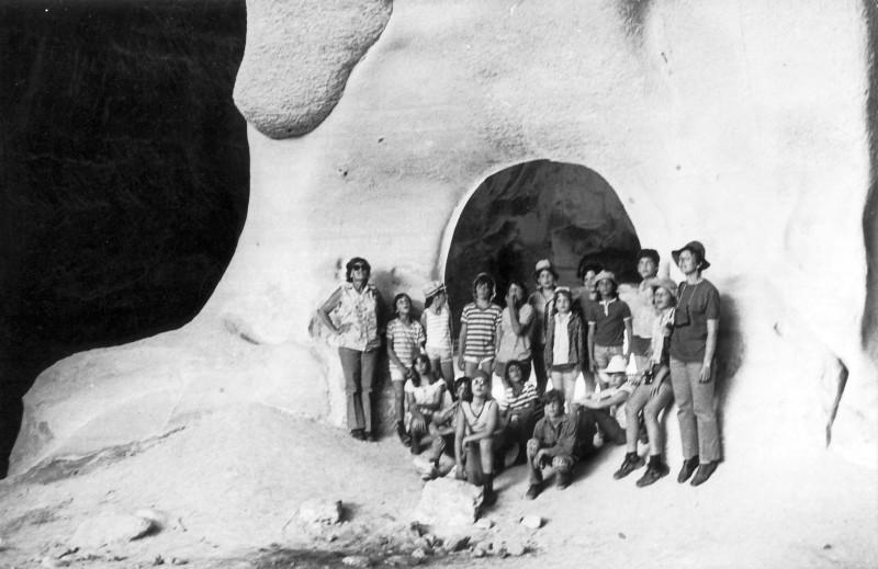 תמונה 10 - קבוצת מעין בטיול במערות בית גוברין 1975 - כפולה של תמונה 7