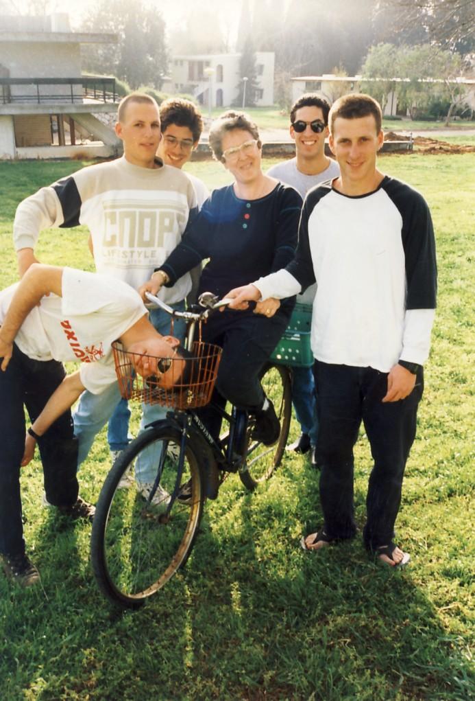 תמונה 15- 76 - נערי קבוצת סביון 1992 - ההטפלת עירית רדו עם רונן סלע אורן יגאל דקל קישינבסקי