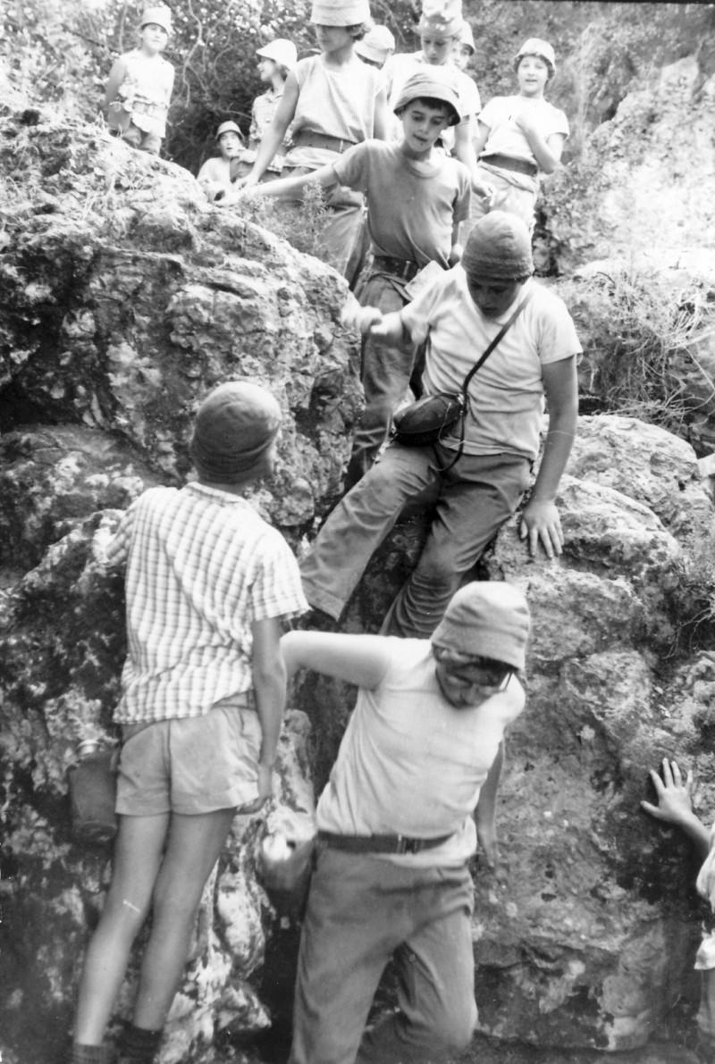 תמונה 1- 238 - קבוצת סנונית בטיול - אלון מרגלית רונן ליזון נטע הרפז - שנות ה-60