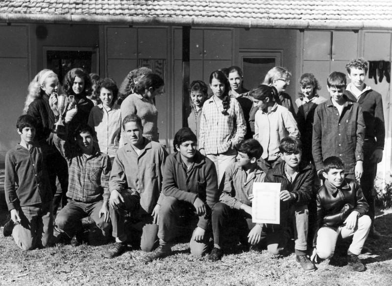 תמונה 7- 4 - קבוצת סנונית ליד ביתם במוסד שנות ה-60 - דרור אשד אלון מרגלית איריס הגני נתי פגי-גולשטיין אורית ורנר אורי ליזון אסנת רז תלמה קלמן