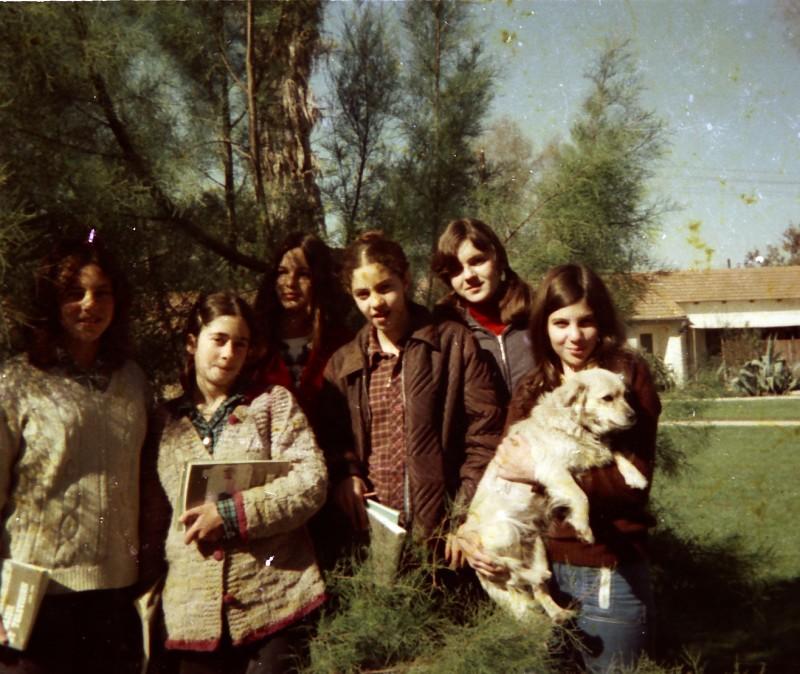 תמונה 26- 260 -ג'ש 1976-9-בנות קבוצת שדה במוסד