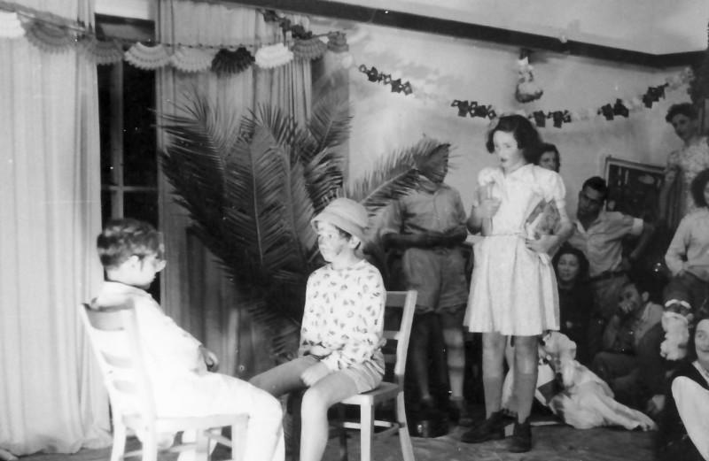 תמונה 5- 370 - פורים 1950 - קבוצת תומר בהצגת 'הבדיחה' - אסתר תומר חנה פרנק