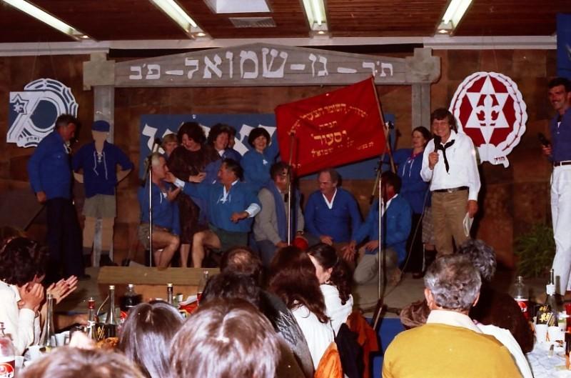 תמונה 39- 224 -ג'ש 1984-חג הקבוץ-על הבמה-קב' יסעור