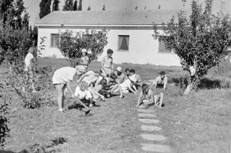 תמונה 31 -946 -ג'ש 1948-52-קב' יסעור-עשוב דשא בקבוץ