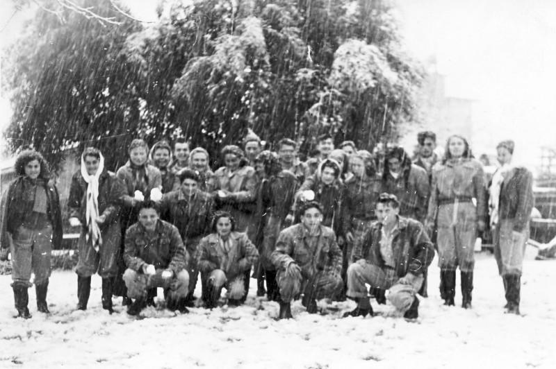 תמונה 38 -946 -ג'ש 1950-קב' יסעור בשלג בגן-שמואל