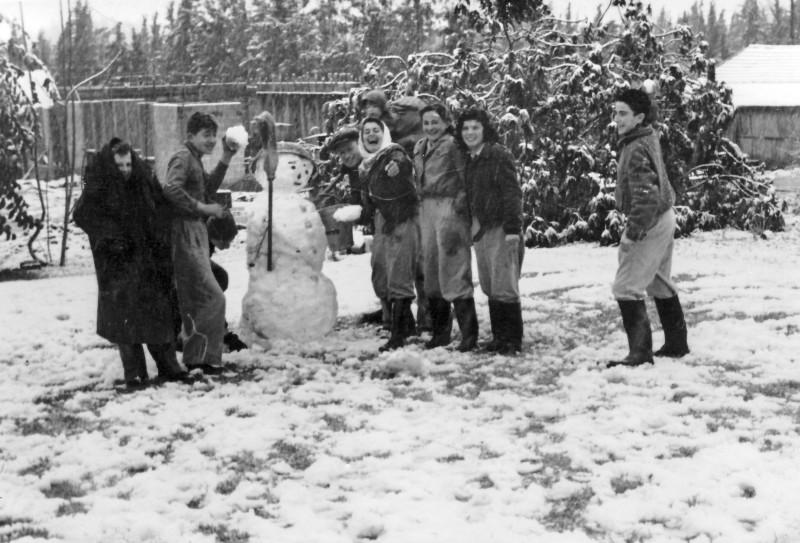 תמונה 39 -946 -ג'ש 1950-קב' יסעור בשלג בגן-שמואל