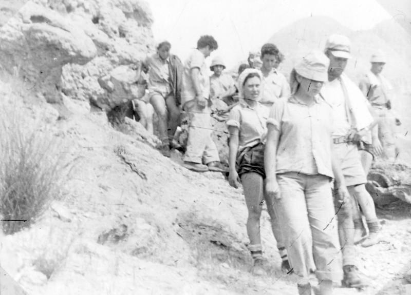 תמונה 42- 983 -ג'ש 1954-קב' עופר-טיול למצדה-חיים שרון תלמה יסעור חנה פרן דודיק