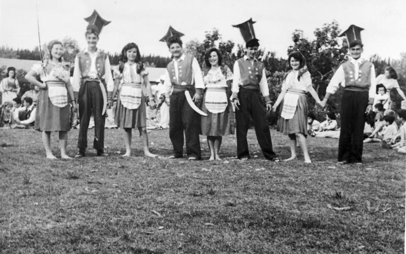 תמונה 47 -946 -ג'ש 1948-52-קב' יסעור ושבלים-רקודי עמים-פרטים בסכום