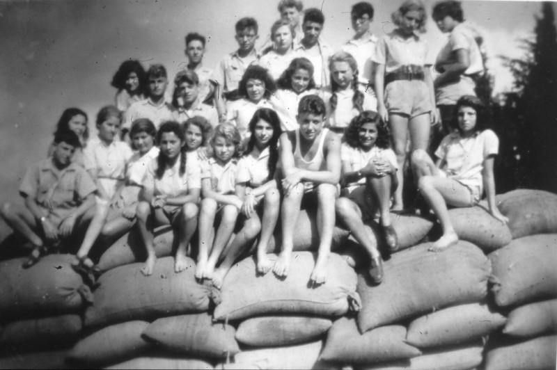 שקופית 15- 201 -ג'ש 1950-3-קב' יסעור על ערימת שקי תבואה