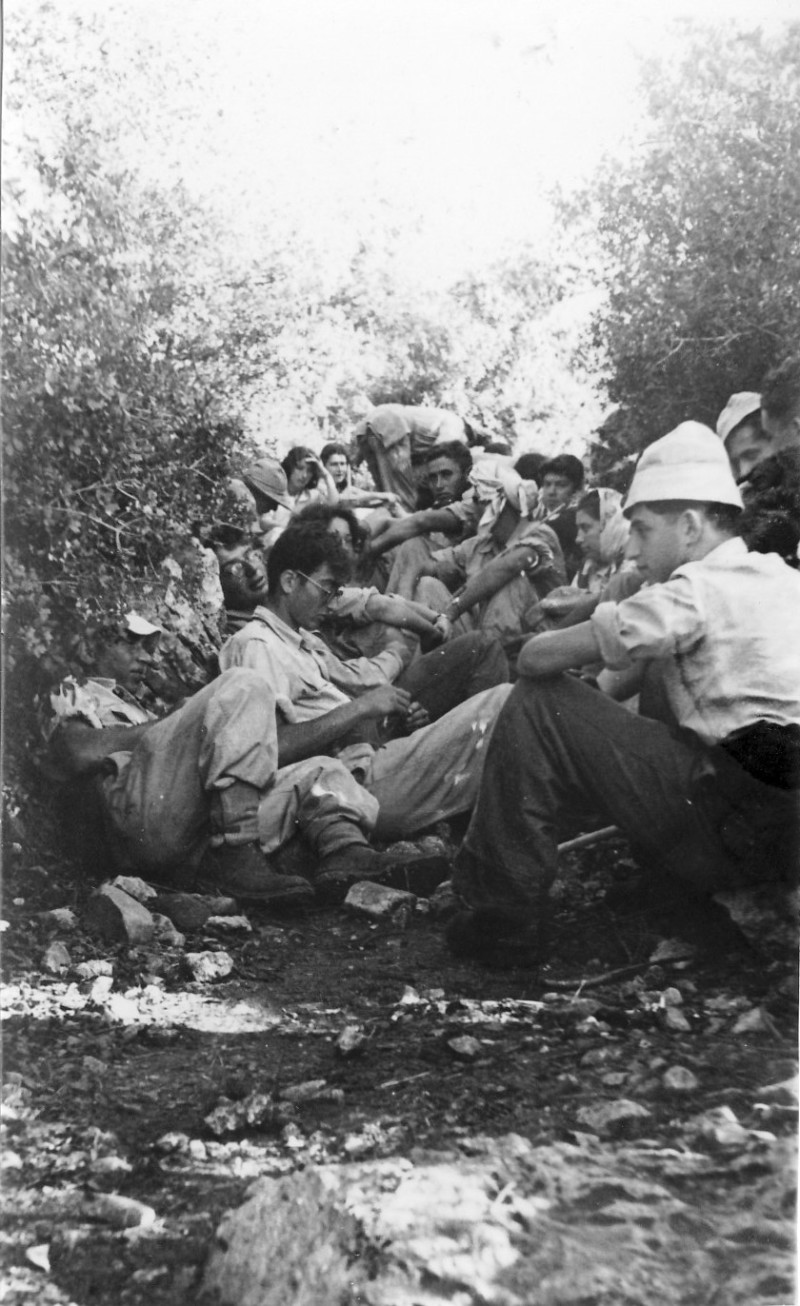 תמונה 3- 274 - טיול קבוצת יסעור לגליל 1952 - שלמה ספיר דוד פרוכטמן צלינה ממט לושה שחור עלה ערמון