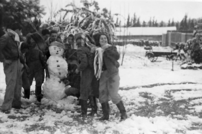 תמונה 5- 175 - שלג בגן-שמואל 1950 -  קבוצת יסעור - הלה מזרחי רינה פריד דזובק סבינה ואחרים-ברקע-מח