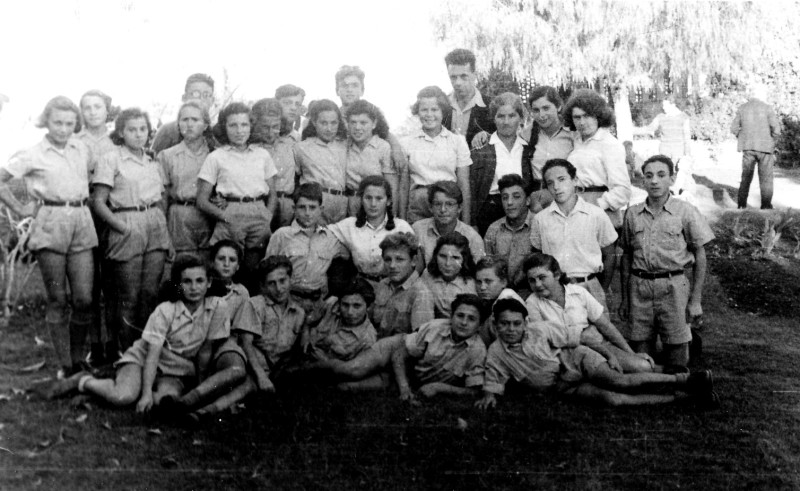 תמונה 5- 321 - בניו גרינבוים וטובה קנז בצילום קבוצתי עם קבוצת יסעור שנות ה-40-50