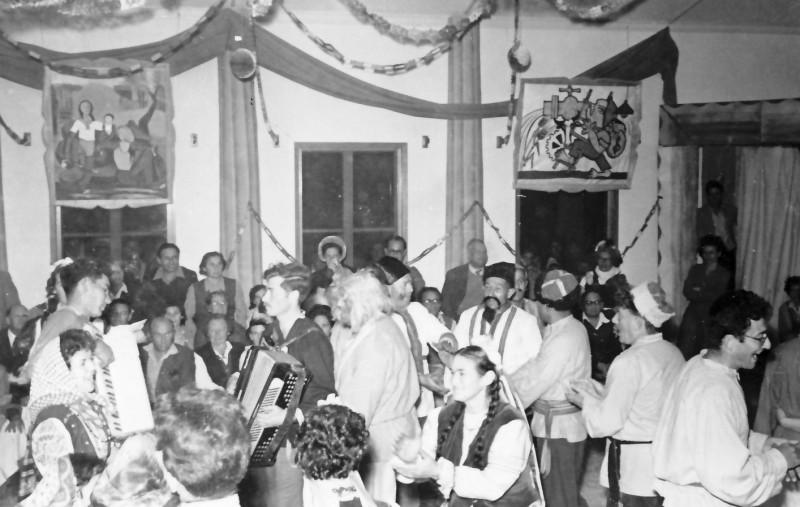 תמונה 5- 343 - פורים שנות ה-50-50 - שלמה יסעור משה גלעד רוחמה ליפשיץ רמי פלפן חנצ'ה מרים רז